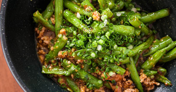 CHILI GARLIC BEEF WITH CHINESE LONG BEANS